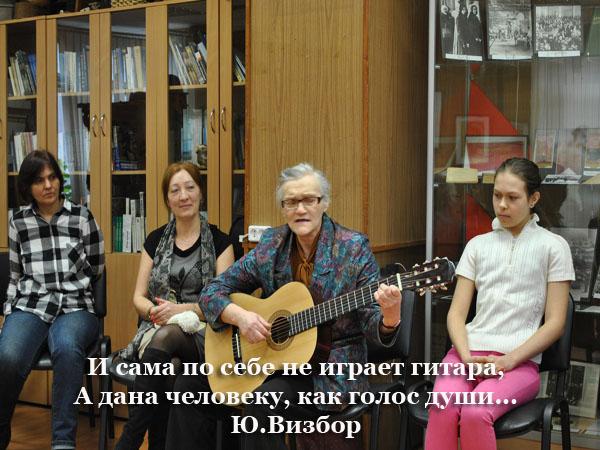 Гитара по кругу_пожилая женщина поет под гитару_3 copy