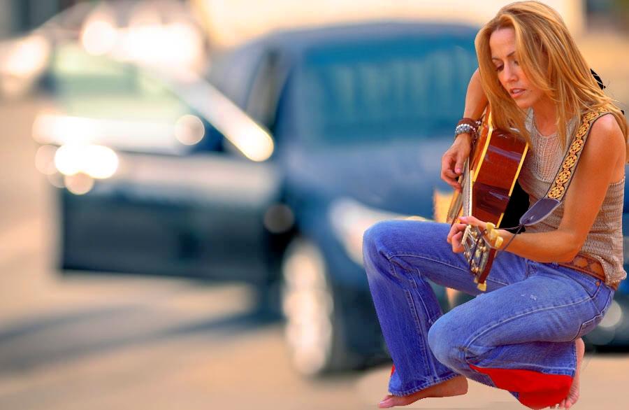 Девушка на фоне авто с гитарой